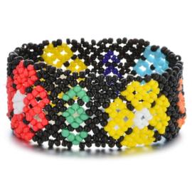 Leuke Bohemian elastische armband van kleine kraaltjes zwart grote bloemen