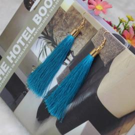 Oorbellen met klosjes turquoise 9 cm lengte