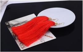 Mooie oorbellen met rode klosjes 12 cm lengte