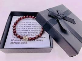 Prachtige armband van geslepen 8 mm Granaat kralen en Boeddha in geschenkdoosje
