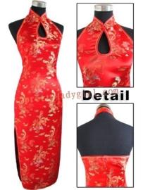 Elegante lange rode halterjurk met blote rug