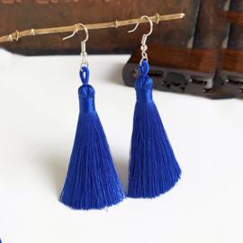 Leuke oorbellen met kobaltblauwe klosjes 10 cm lengte