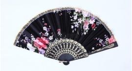 Mooie handwaaier van stof met bloemen zwart