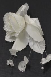 Patentspeld met crèmewitte bloem