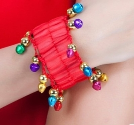 Setje polsbandjes rood met gekleurde rinkelende belletjes