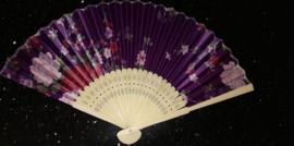 Mooie handwaaier met bloemen van bamboe en stof paars