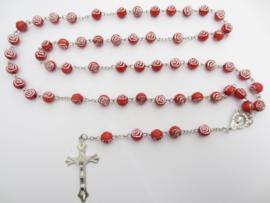 Rozenkrans rode rozenkralen en stalen kruis