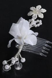 Haarkam met witte bloem en pareltjes 2
