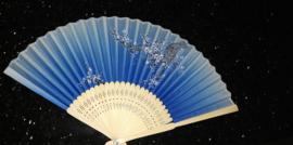 Mooie handwaaier met pruimenbloesem van bamboe en stof blauw