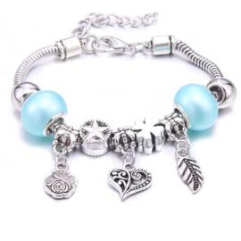 Mooi Pandorastyle armbandje met roosje, hartje, veertje en blauwe parelkralen