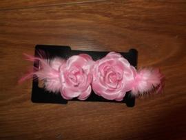 Twee haarklemmen met roze roosjes met glitters en veertjes