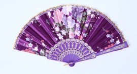 Mooie handwaaier van stof met bloemen paars