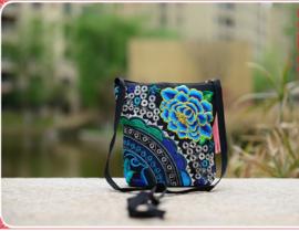 Heel leuk geborduurd tasje blauwe lotusbloem met lange band en kwastje