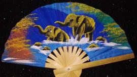 Prachtige lichtblauwe waaier met handgeschilderde Olifanten