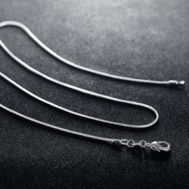 Zilverkleurige snake ketting met sluiting 60 cm