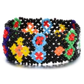 Leuke Bohemian elastische armband van kleine kraaltjes zwart kleine bloemen