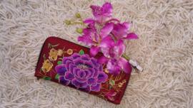 Prachtig geborduurde portomonnee bordeaux met paarse lotusbloem