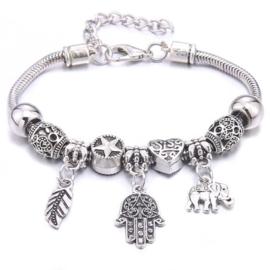 Mooi Pandorastyle armbandje met veertje, handje, olifantje en zilveren kralen