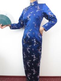 Fantastische lange nachtblauwe Chinese jurk met mouwen pruimenbloesem motief