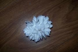 Leuke kleine witte haarbloem op clip