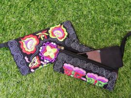 Geborduurd portemoneetje met rits en polsbandje  rood/groen/paars