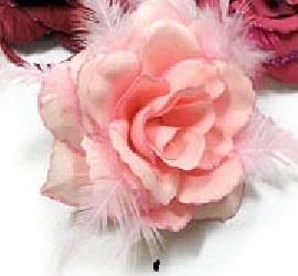 Haarelastiek / broche met prachtige lichtroze roos met glitters en veertjes