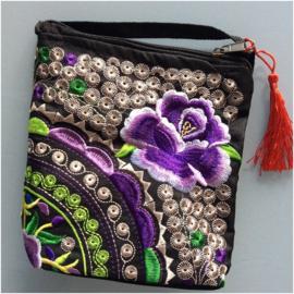Heel leuk geborduurd tasje kleine paarse lotusbloem met lange band en kwastje