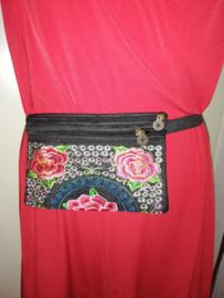 Geborduurd heuptasje met elastieken band rozerode lotusbloemen  1