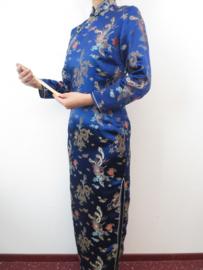 Fantastische lange kobaltblauwe Chinese jurk met mouwen draken en phoenix motief