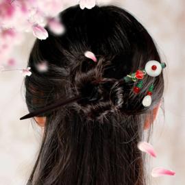 Mooie houten haarpin met rood bloemetje en rood/wit/groene kralen