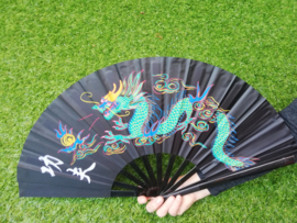 Prachtige grote Kung-fu waaier van zwarte stof met kleurrijke draak