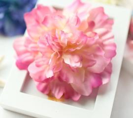 Prachtige grote Pioenroos op haarclip roze