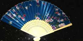 Mooie handwaaier met bloemen van bamboe en stof turquoiseblauw