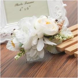 Prachtige romantische haarkam met witte bloemen en schelpje