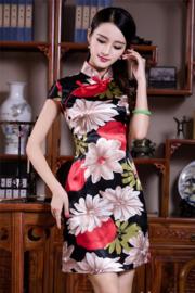 Bijzonder mooi chinees jurkje zwart met grote kleurrijke bloemen
