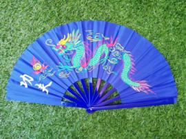 Prachtige grote Kung-fu waaier van blauwe stof met kleurrijke draak