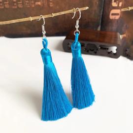 Leuke oorbellen met turquoise klosjes 10 cm lengte