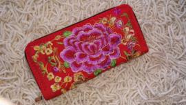 Prachtig geborduurde portomonnee rood met paarsroze lotusbloem