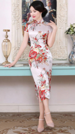 Prachtige elegante lange witte Chinese jurk met rode bloemenprint