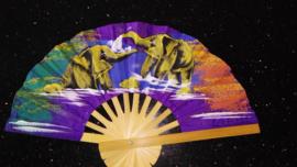 Prachtige paarse waaier met handgeschilderde Olifanten