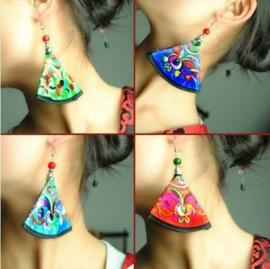 Prachtige geborduurde oorbellen 9 cm rood
