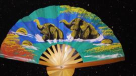 Prachtige turquoisegroene waaier met handgeschilderde Olifanten