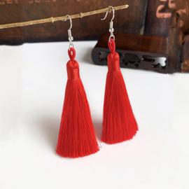Leuke oorbellen met rood klosjes 10 cm lengte