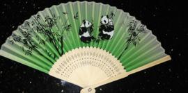 Mooie handwaaier met panda's van bamboe en stof groen