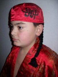 Leuk rood Chinees hoedje met zwarte tekens en vlecht