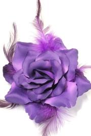 Prachtige roos met veertjes op haarklem paars