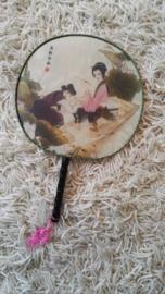 Mooie traditionele handwaaier van stof met Chinees tafereel en roze klosje