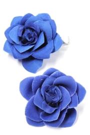 Twee kobalblauwe haarroosjes op klem