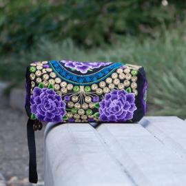 Geborduurd make-up tasje/toilettasje met ritsen en polsbandje  paarse lotusbloemen