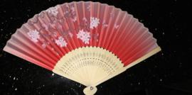 Mooie handwaaier met pruimenbloesem van bamboe en stof rozerood